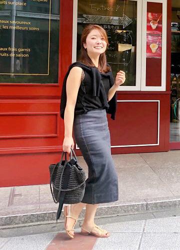 黒デニムスカート×黒アンサンブルニットの休日コーデ