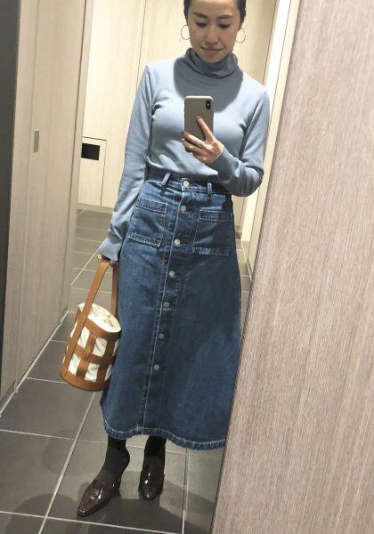 デニムロングスカート×水色タートルニットの90年代ファッションコーデ