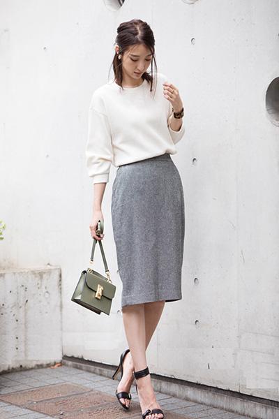 グレーのペンシルスカート×クルーネック白Tシャツ