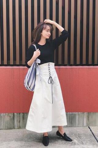 ジルサンダーの靴×黒ニット×白ロングスカート