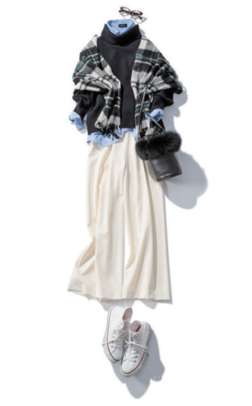 紺タートルニット×ブルーシャツ×白ワイドパンツ