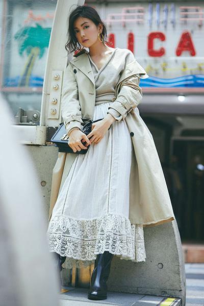 ベージュトレンチコート×白フレアスカート