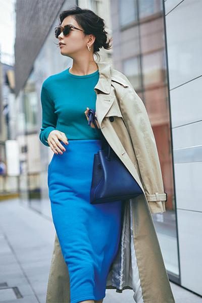 ベージュトレンチコート×ブルーのタイトスカート