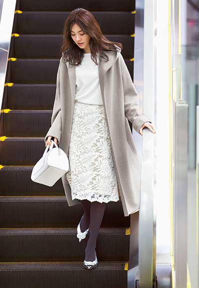 白スカート×白ニット×ベージュコート