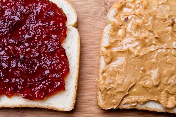 ピーナッツバターとジャム(ジェリー)をパンに塗る