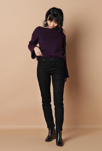 黒スキニーパンツ×紫ニット