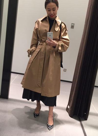 ベージュトレンチコート×黒レザースカート