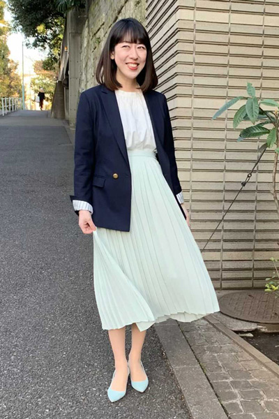 【4】ミントグリーンプリーツロングスカート×白ブラウス×ネイビージャケット