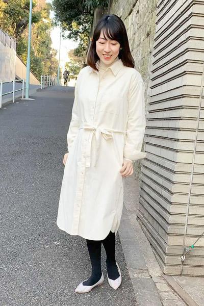 【3】白のユニクロコーデュロイシャツワンピース×白タートルネックセーター