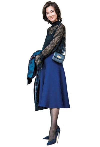 黒の長袖レースブラウス×ブルースカート