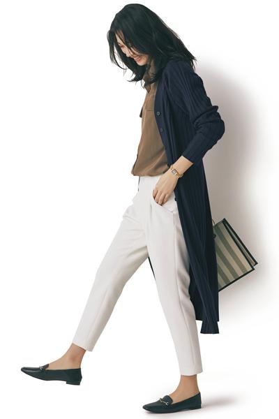 ネイビーロングカーディガン×ブラウンシャツ×白パンツ