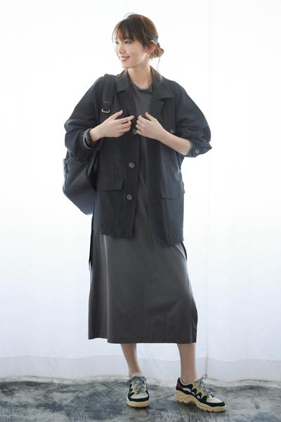 【2】グレーワンピース×ハイテクスニーカー×黒シャツジャケット