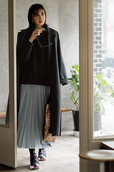 【4】黒のごついスニーカー×ライトグレーロングプリーツスカート