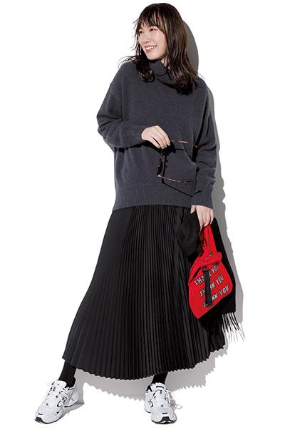 グレーニット×黒細プリーツスカート