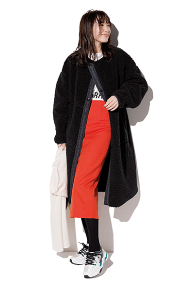 【5】白スニーカー×赤タイトスカート×白Tシャツ×黒コート