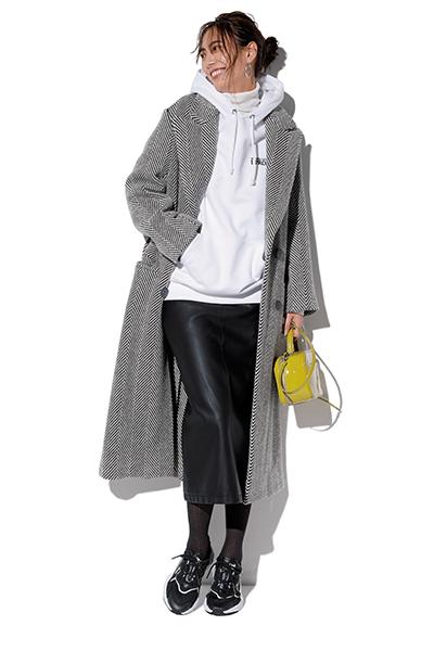 【4】白パーカー×黒タイトスカート×黒スニーカー