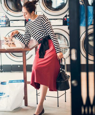 黒ボーダーシャツ×ピンクスカート