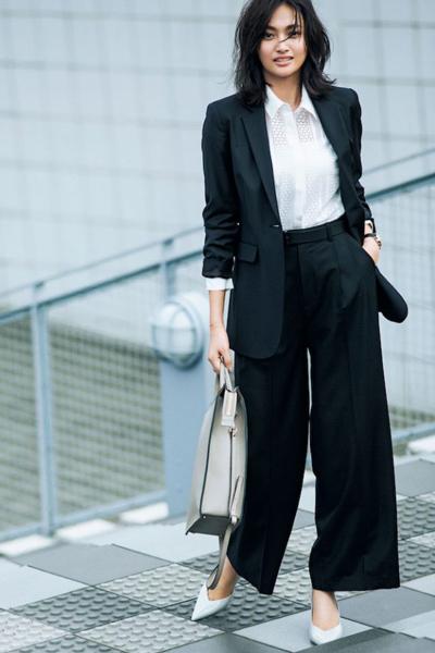 黒ワイドパンツスーツ×レースシャツ