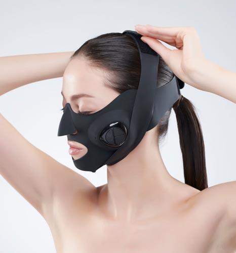 「メディリフト」はマスク型の美顔器