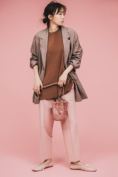 淡いミルキーピンクのパンツにピンク靴