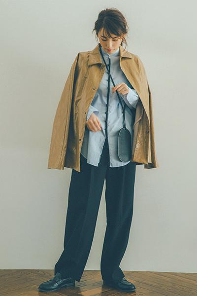 エナメルジャケット×ブルーシャツ×黒パンツ