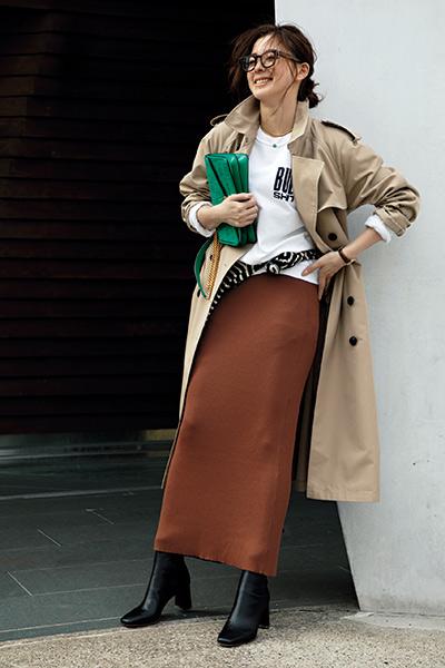 ブラウンスカート×白トップス×トレンチコート