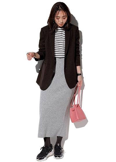 ピンクバッグ×黒ジャケット×グレータイトスカート