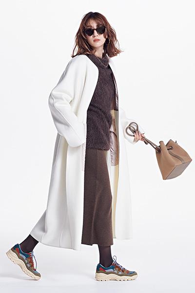 【3】ブラウンスカート×ハイテクスニーカー×ブラウンタイツ