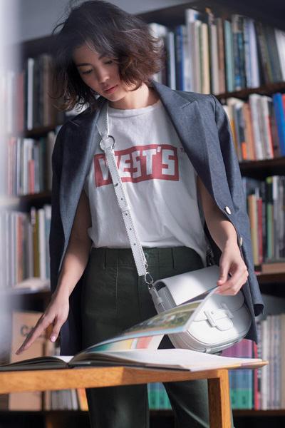 ネイビージャケット×白ロゴTシャツ×カーキパンツ