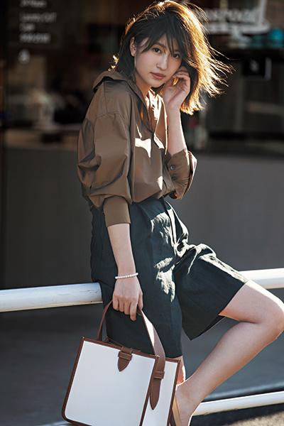 ブラウンシャツ×黒ショートパンツ