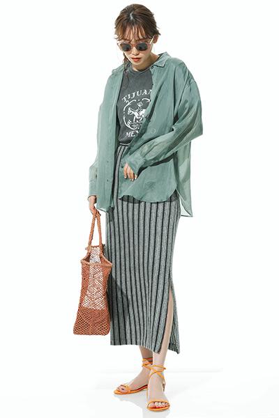 くすみグリーンシャツ×グレーストライプタイトスカート