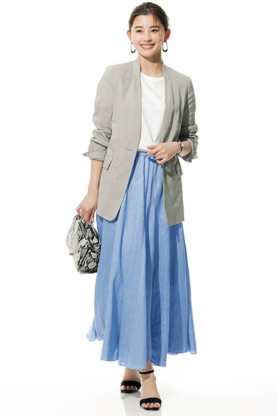 ぱっと目を引くブルーのフレアスカート×ジャケットスタイル