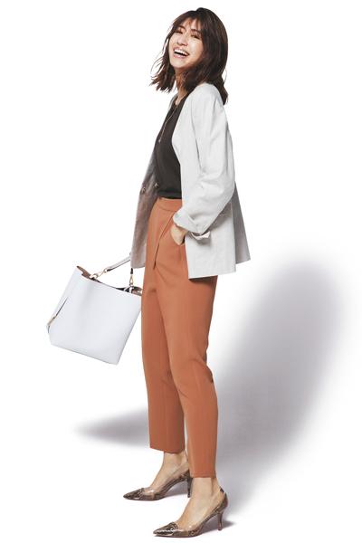 【2】ブラウンパンツ×白ジャケット