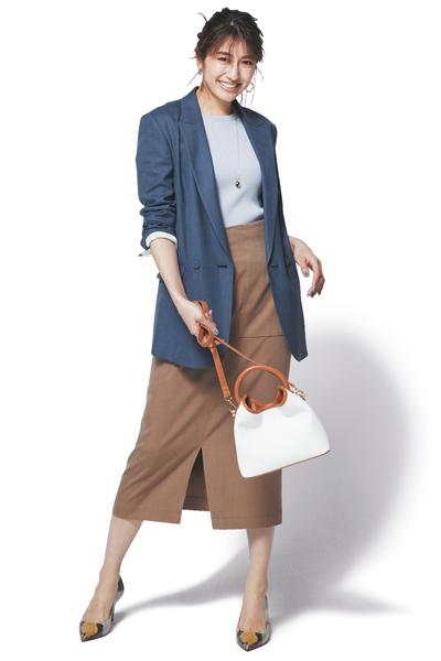 ブラウンタイトスカート×水色ニット×ブルージャケット