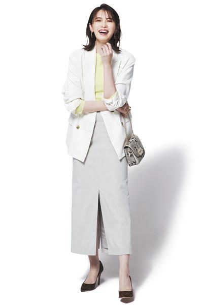 ベージュタイトスカート×イエローニット×白ジャケット