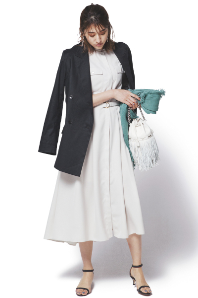 白シャツワンピース×黒ジャケット