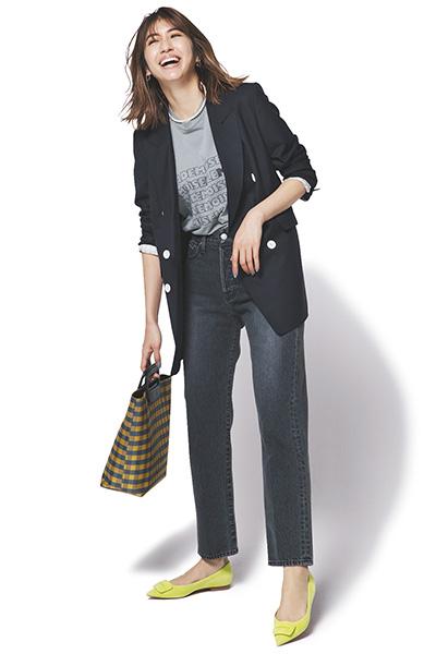 【4】グレーTシャツ×黒ジャケット×グレーデニム