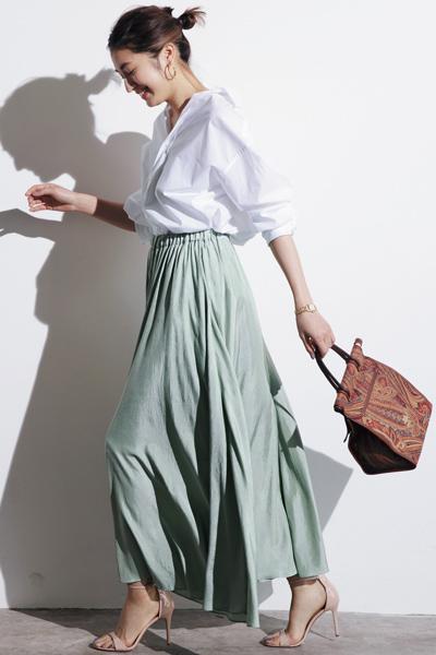 白シャツ×スモーキーグリーンのフレアスカート