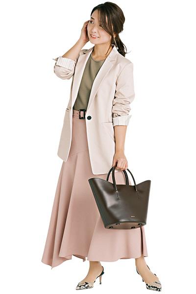 淡ピンクロングスカート×白ジャケット
