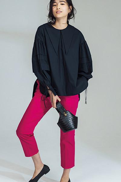 黒ブラウス×ピンクパンツ