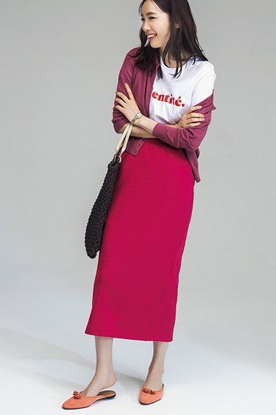 ピンクロングスカート×くすみピンクカーディガン×ロゴTシャツ