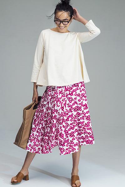 淡イエローカットソー×ピンクの小花柄スカート