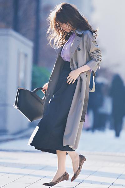 パイソン柄フラット靴×黒ロングスカート×トレンチコート