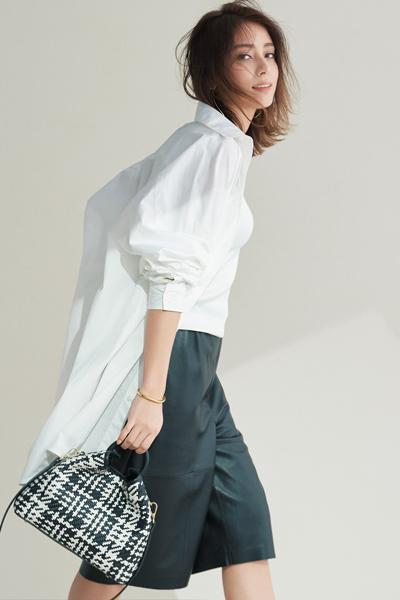 白ビッグシャツ×タンクトップ×ハーフパンツ