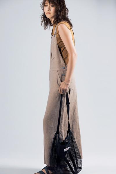 【3】黒のナイロンショルダーバッグ×キャメルノースリーブ×ベージュジャンパースカート