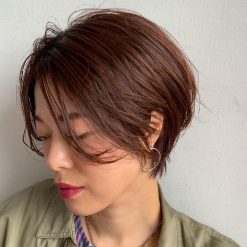 長めの前髪でやわらかさと女らしいニュアンスを