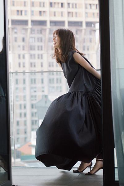 黒ドレス風ワンピース×リラクシースタイル