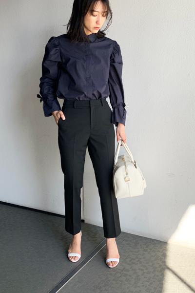紺シャツ×黒アンクルパンツ