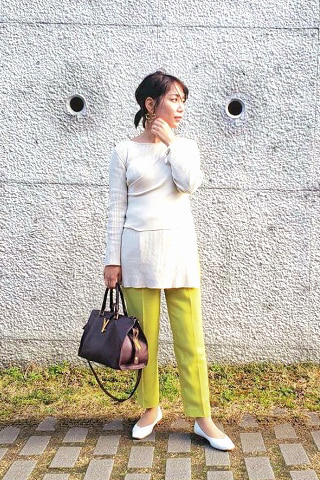 黄緑色パンツ×白トップス