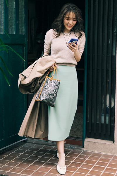 ピンクベージュニット×グリーンタイトスカート